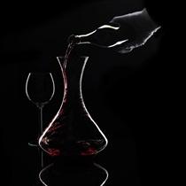 Vakariņas tumsā un pudele vīna