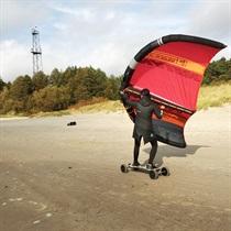 """Neparasts piedzīvojums ar """"Wing surfer"""" un skeitbordu"""