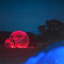 Nakts zem zvaigznēm caurspīdīgā burbuļteltī