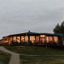Vakariņas restorānā ar skatu uz Daugavu
