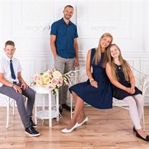 Skaista ģimenes fotosesija fotostudijā