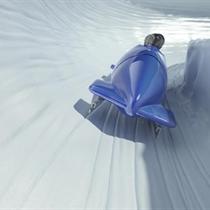 Brauciens ar bobsleja kamanām Siguldas trasē