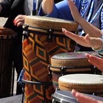 Afrikāņu un Afro Cuban sitaminstrumentu nodarbība