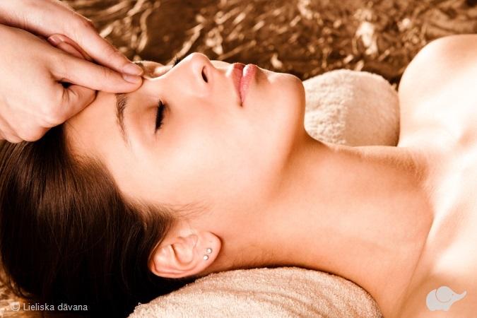 Классический массаж лица с ароматическими маслами