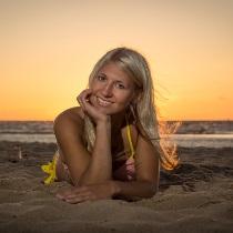 Romantiska fotosesija saulrietā